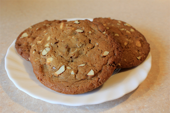 Kæmpe cookies med hvid chokolade, mandler og lakridspulver