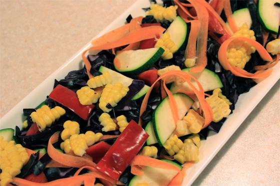 Rødkålssalat med squash, snackpeber, gulerødder og majs