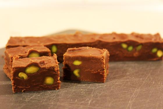 Chokoladefudge med whisky og pistacienødder