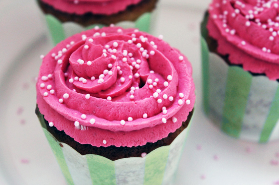 Kirsebærcupcakes med friske kirsebær og lyserød frosting