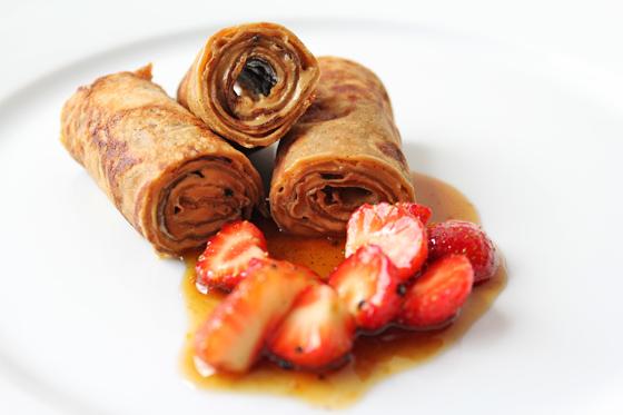 Lakridspandekager med lakridscreme og marinerede jordbær