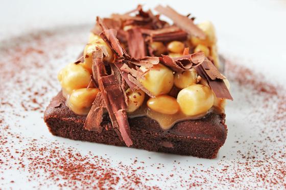 Browniebars toppet med karamel, peanuts og marshmallows