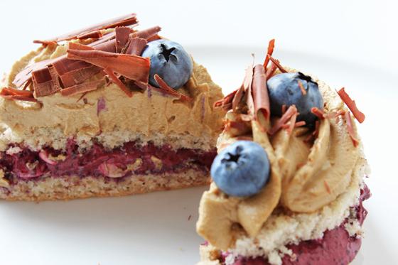 Sommerkage med blåbær- og lakridscreme