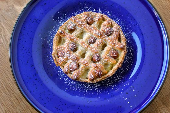 Æbletærte med marcipan og hasselnødder