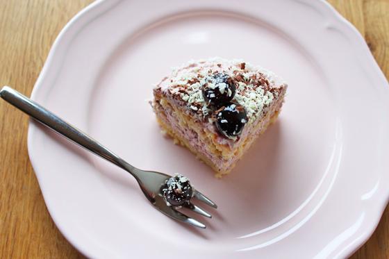 Lækker lyserød lagkage med kirsebær