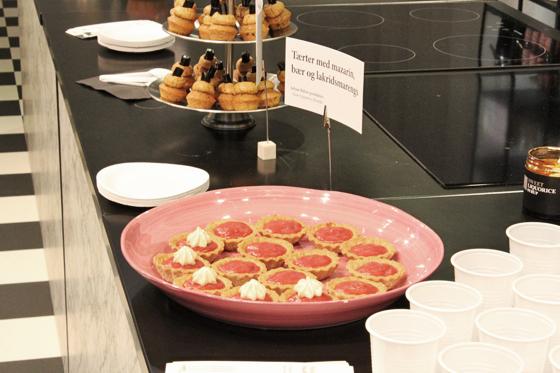 Tærte med lakridsmazarin, jordbær og lakridsmarengs