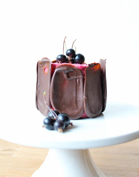 Sommerlig kage med solbærmousse