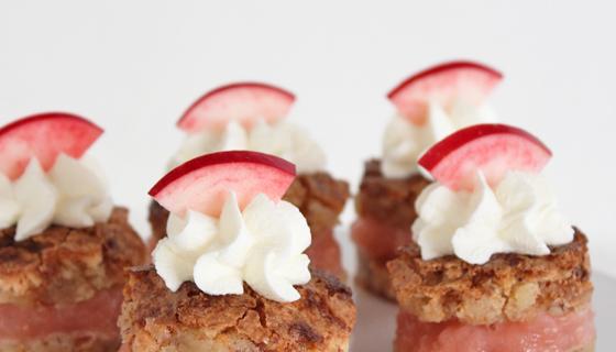 Makron- og marcipankage med æblemos