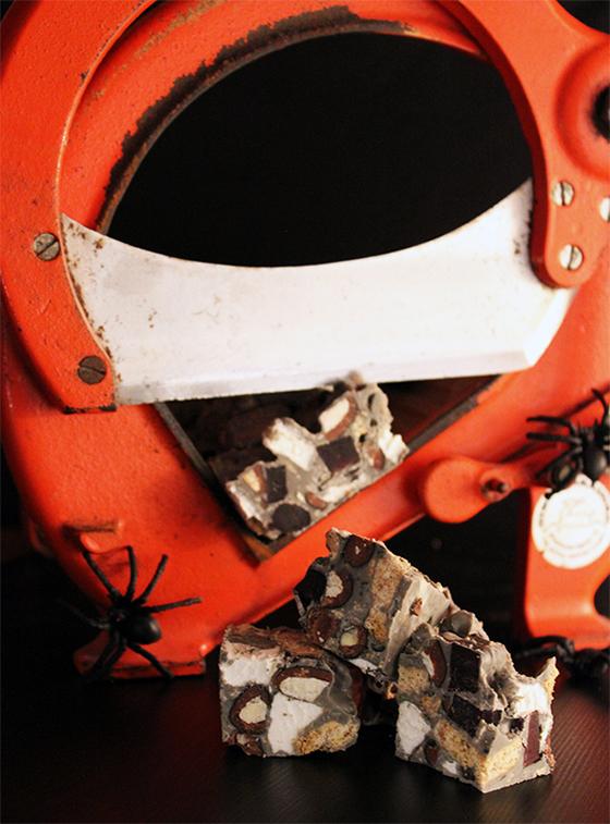 Halloweenguf med rød lakrids og lakridsmandler