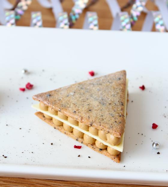 Sprød trekantet kage med lakridscreme