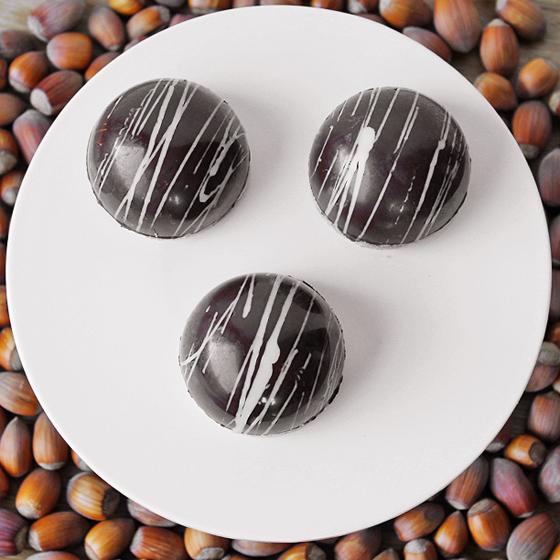 Chokoladeskal med karamelcreme og marcipanbund