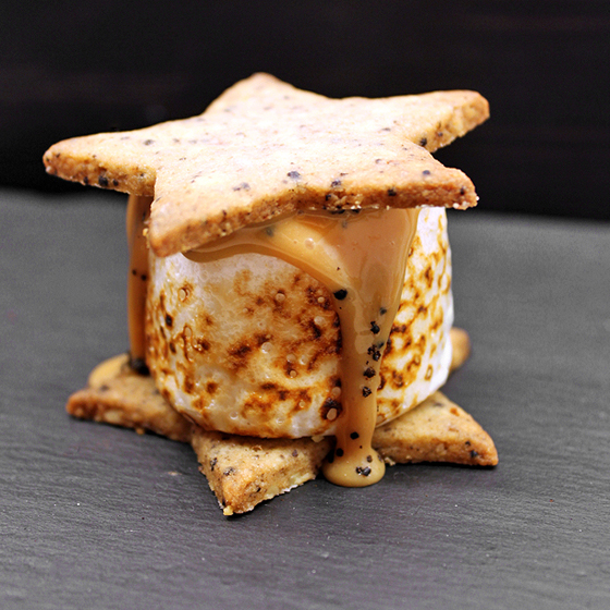 Smores med gigantisk marshmallow, lakridsskage og saltet karamel