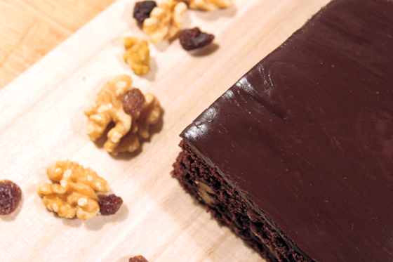 Brownies med mørk chokolade, rosiner, valnødder og chokoladeganache med rom