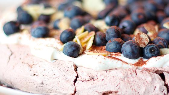 Chokolade-pavlova med whiskycreme og blåbær